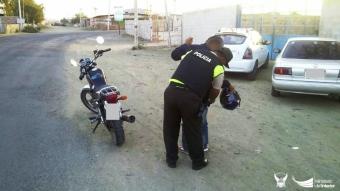 Verificando que los motociclistas estén autorizados para conducir, no tengan antecedentes penales ni porten armas sin permiso.