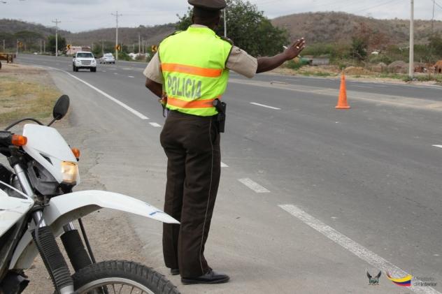 Vigilando que por las carreteras no circulen vehículos robados, que los conductores estén legalmente habilitados y que no porten armas clandestinas, explosivos u otras cosas peligrosas y prohibidas.