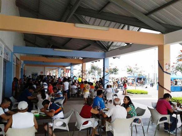El patio de comidas del Puerto Pesquero Artesanal de Jaramijó, el día del festival.