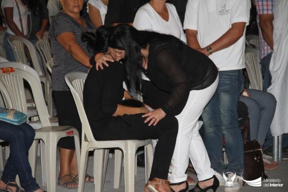 Carina Argüello, delegada del Ministerio del Interior, expresa la condolencia institucional a la viuda, Mariana Rodríguez.