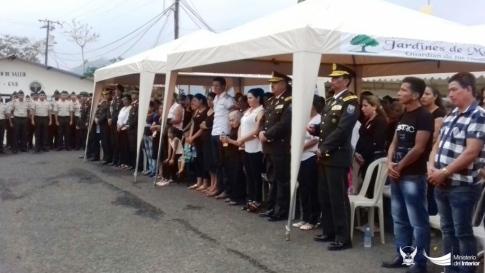 Directivos de la Policía nacional, familiares del difunto y condolientes, en la Escuela de Formación Gustavo Noboa Bejarano.