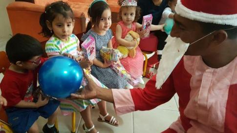 Papá Noel les colmó de regalos y diversión.