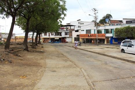 Esta área del Barrio Jocay, entre la Avenida 4 de Noviembre y el antiguo comando policial, estuvo ocupada con un mercadillo de negocios desplazados de Tarqui. La foto muestra el aspecto actual.