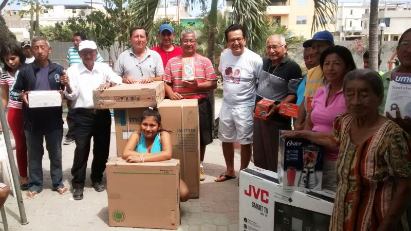 Alcalde de Manta entrega regalos navideños a varios moradores de la Parroquia Urbana Tarqui. Mannabí, Ecuador.