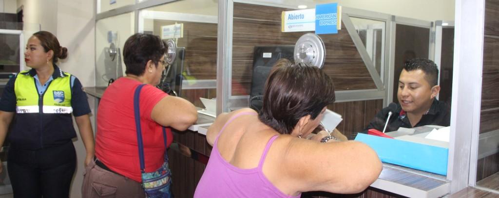 Contribuyentes municipales de Manta pagan impuestos en las ventanillas de recaudación. Manabí, Ecuador.