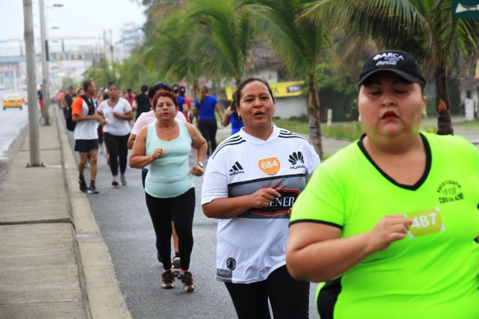 Mujeres de Manta preparándose para competir en la carrera atlética Diosa Umiña 5K, el próximo 12 de marzo, Día Internacional de la Mujer. Manabí, Ecuador.