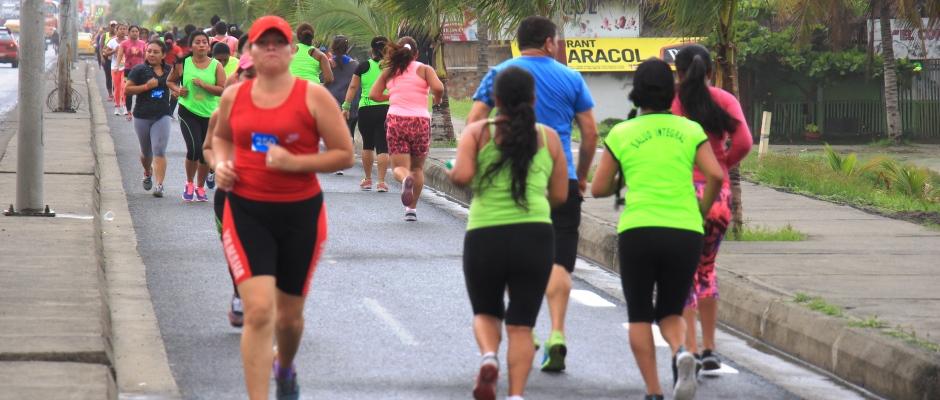Mujeres ejercitándose para participar en la competencia atlética Diosa Umiña 5K de Manta. Manabí, Ecuador.
