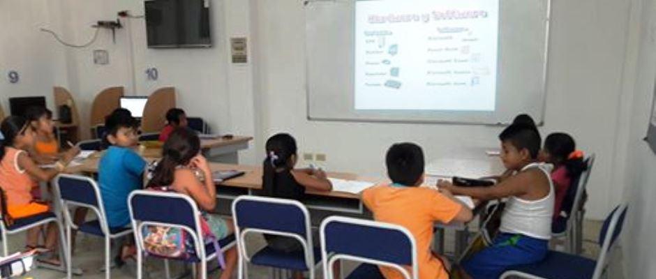 Niños aprendiendo computación en infocentro de Montecristi. Manabí, Ecuador.