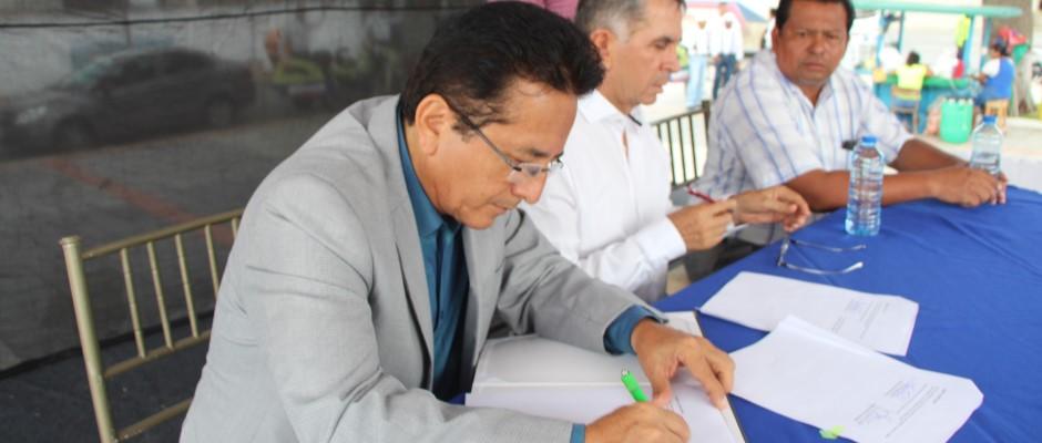 Alcalde de Manta y prefecto de Manabí suscribiendo convenio para ponerle techo al Nuevo Tarqui comercial. Manabí, Ecuador.