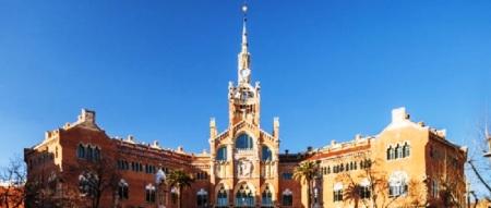Fachada histórica del Hospital Sant Pau de Barcelona, España.