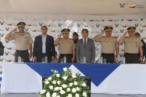 Entre las autoridades presentes en la ceremonia de entrega de uniformes se hallaban el gobernador de Manabí, el comandante general de la Policía y el ministro de Interior (los tres al centro de la foto).
