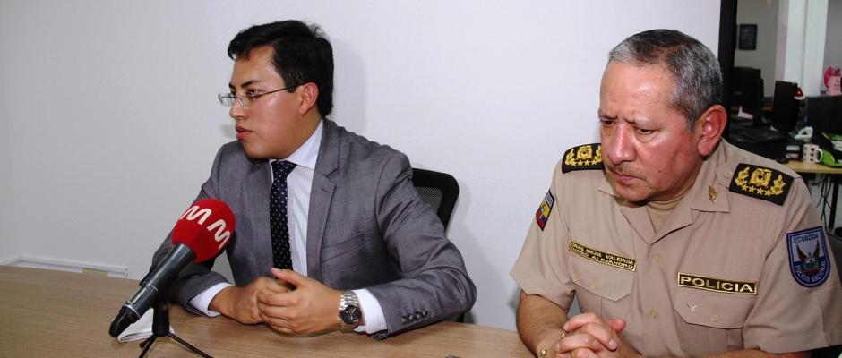 El ministro del Interior, Diego Fuentes, durante una entrevista periodística. Manabí, Ecuador.