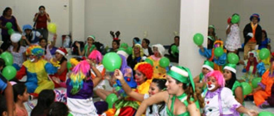 Niños hospitalizados en SOLCA Manabí son animados por estudiantes de la UTM. Ecuador.