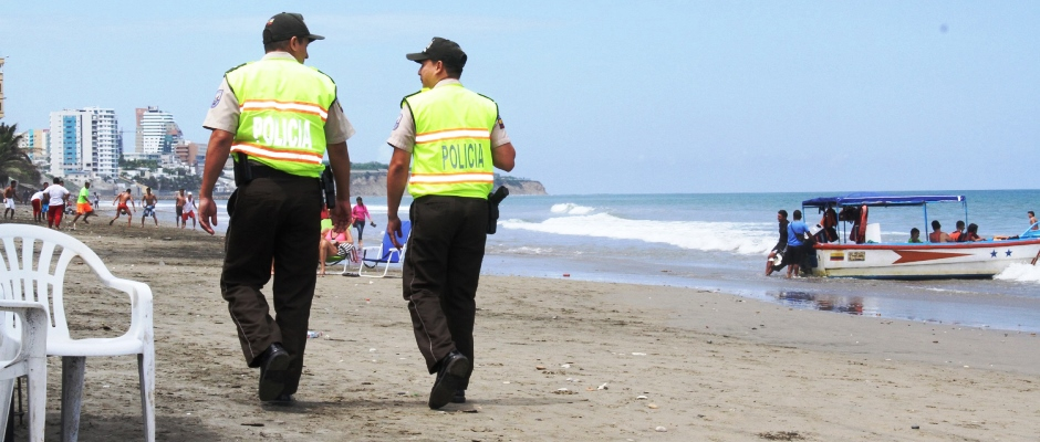 Patrullaje policial en la playa El Murciélago de Manta. Manabí, Ecuador.