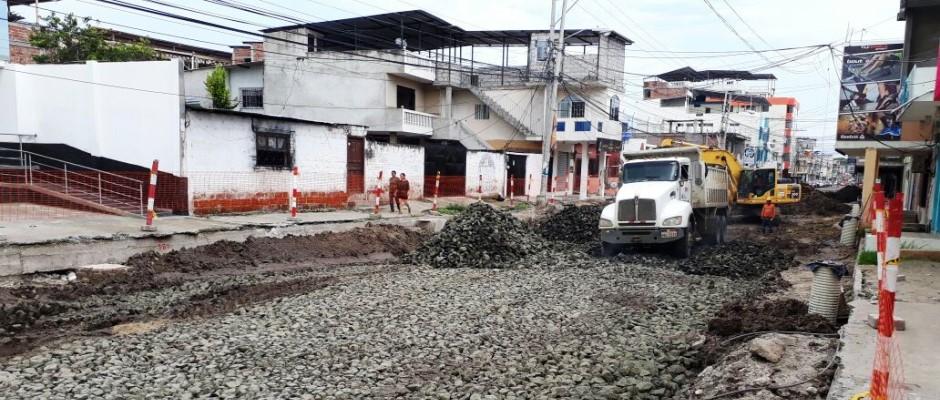 """""""Pedraplén"""" construido en la Avenida 24 de Manta para que soporte la nueva infraestructura de la regeneración. Manabí, Ecuador."""