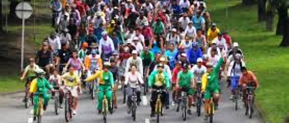 Ciclistas en paseo colectivo.