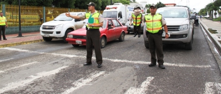 Policías del Ecuador inculcan respeto al peatón en los pasos cebras de las calles. Manabí, Ecuador.