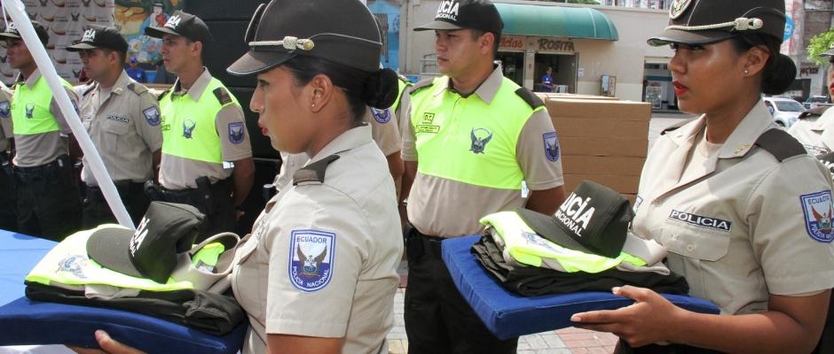 Dos mujeres policías reciben uniformes nuevos en Manta. Manabí, Ecuador.