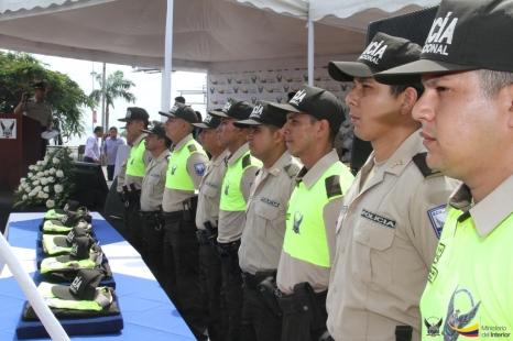 En la ceremonia de entrega de uniformes, en la plaza cívica de la ciudad de Manta.