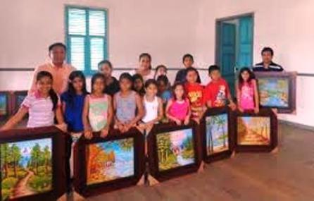 Los cursillistas de arte pictórico del curso vacacional 2016, el momento de la clausura.