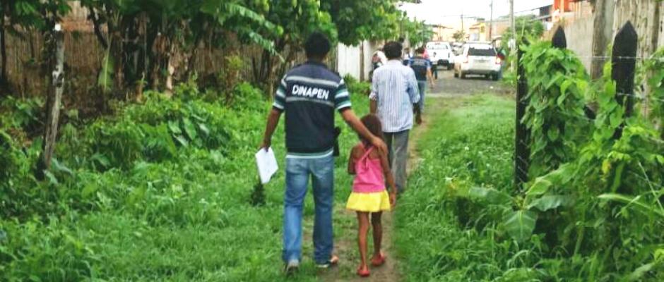 Agentes de la DINAPEN rescatan a una niña y a dos jovencitas retenidas abusivamente en Chone. Manabí, Ecuador.