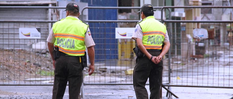 Dos policías custodian la zona cero de Tarqui, Manta. Manabí, Ecuador.