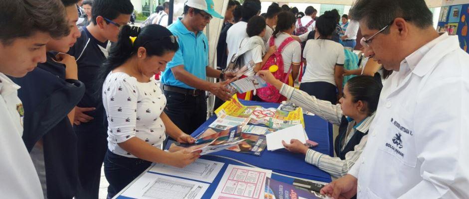 Un stand en la casa abierta del Distrito de Salud 13D02 de Manta, para enseñar a prevenir el cáncer. Manabí, Ecuador.