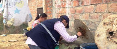 Aplicación de Abate en agua contenida en recipientes caseros. Manabí, Ecuador.