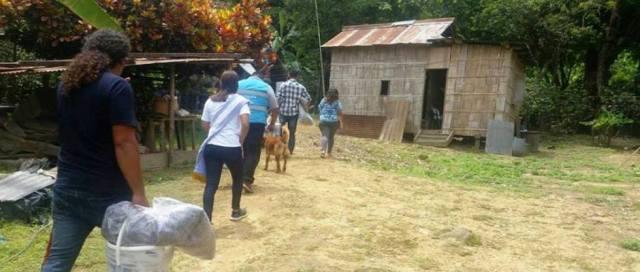 Colaboradores del Patronato municipal de Manta llevan ayuda a personas necesitadas de La Majagua, Pueblo Nuevo. Manabí, Ecuador.