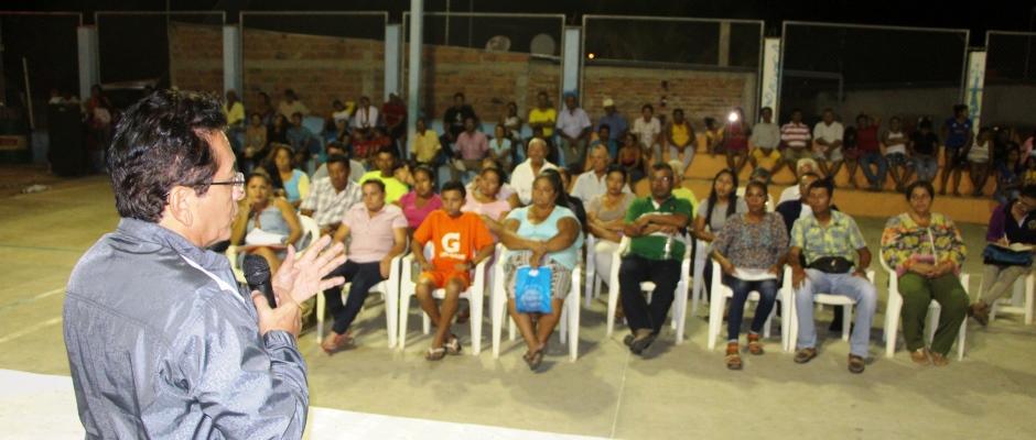 Moradores del Barrio Jipijapa escuchan al alcalde de Manta. Manabí, Ecuador.