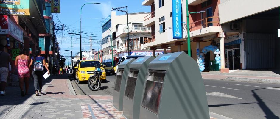 Buzones para basura en una acera de la Calle 13 recién regenerada, en Manta. Manabí, Ecuador.