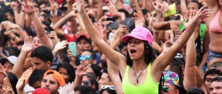 Multitud celebrando el carnaval en el Mariana Fest de Manta. Manabí, Ecuador.