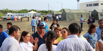 Funcionarios del Gobierno nacional y del GAD cantonal de Manta, durante la clausura del albergue provisional Tohallí. Manabí, Ecuador.
