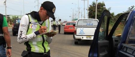 Agentes de la Dirección Municipal de Tránsito de Manta ejercen control en una vía muy transitada. Manabí, Ecuador.