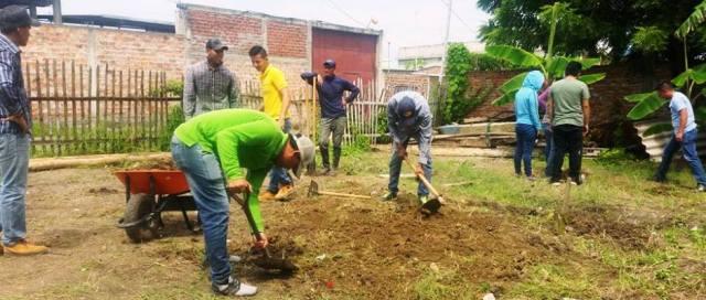 Estudiantes de ingeniería agrícola en la ULEAM ayudan a crear huertos familiares en la ciudad de Manta. Manabí, Ecuador.