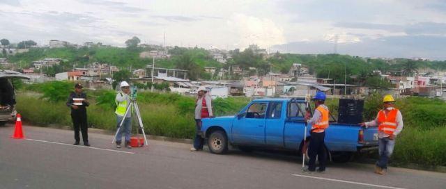 Hacen estudio topográfico para instalar cloaca estación de bombeo - lagunas de oxigenación, en Manta. Manabí, Ecuador.