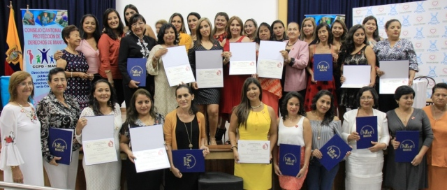 Mujeres servidoras del Municipio de Manta, durante un homenaje en su honor. Manabí, Ecuador.