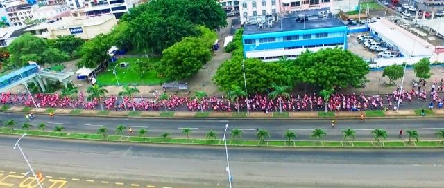 Competidoras de la carrera atlética Diosa Umiña 5K pasan frente al Parque Central Eloy Alfaro de Manta. Manabí, Ecuador.