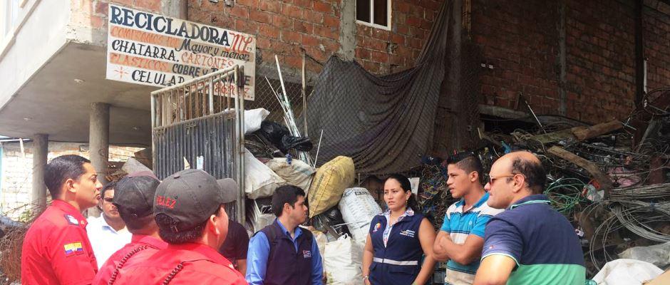 Autoridades de salud pública y de control ambiental inspeccionan una chatarrería de Chone. Manabí, Ecuador.