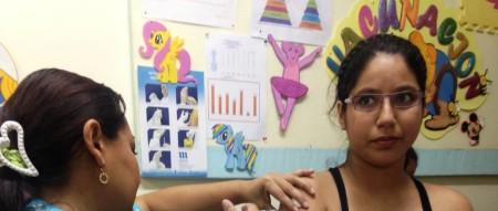 Vacunación a madre embarazada en un centro de salud. Manabí, Ecuador.