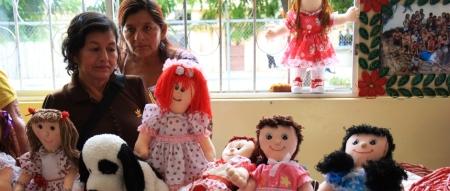 Manualidades hechas por adultos mayores y personas discapacitadas de Manta. Manabí, Ecuador.