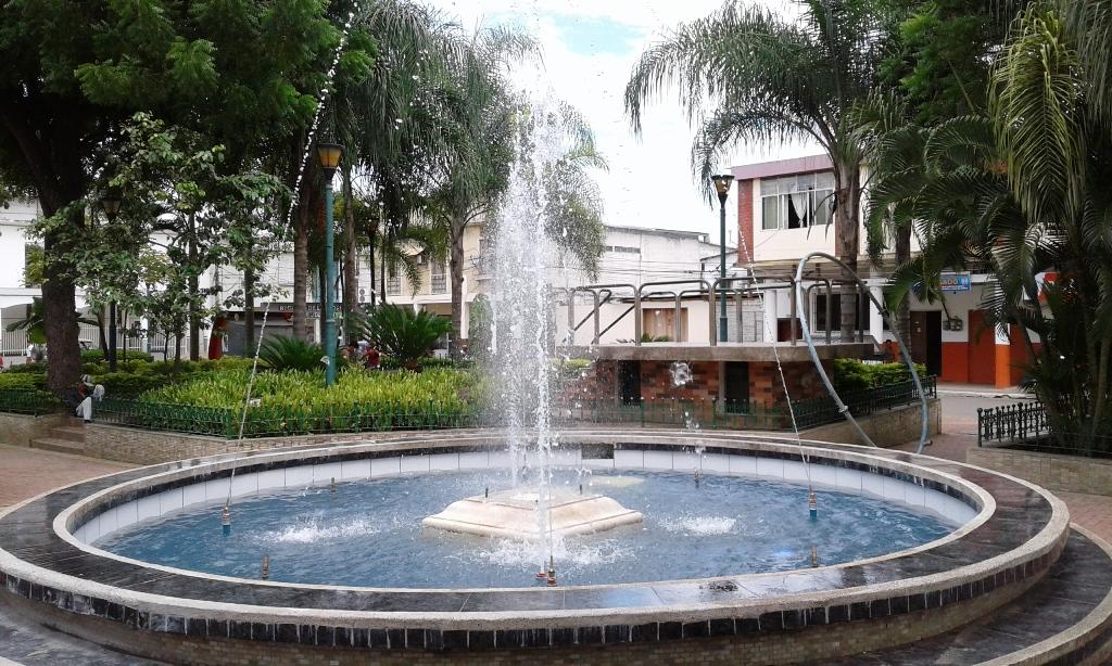 Pileta parque sucre chone 3 revista de manab for Decoracion de parques con piletas