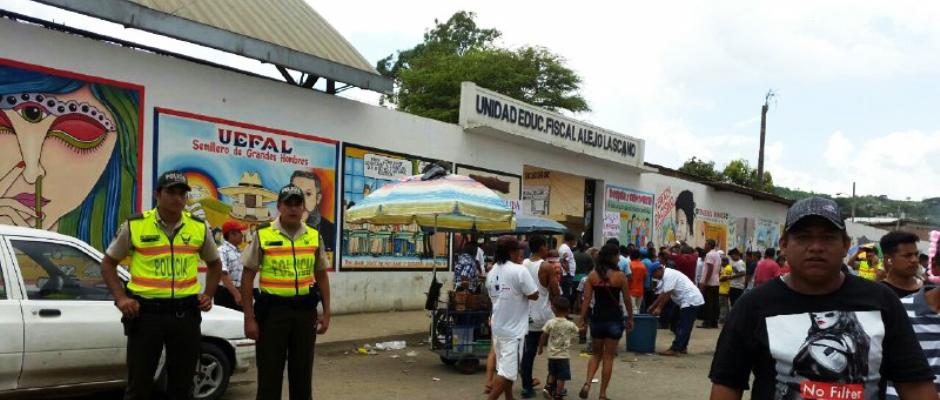 Policías cuidan el orden público afuera de un recinto electoral. Manabí, Ecuador.