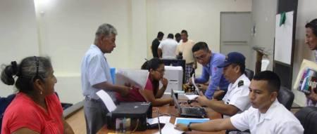 Pescadores de Jaramijó renuevan sus credenciales profesionales ante una brigada móvil de la Capitanía del Puerto de Manta. Manabí, Ecuador.