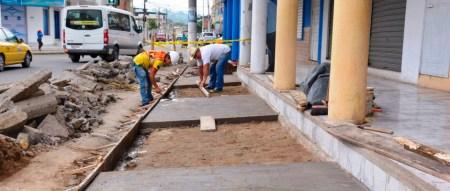 Obreros municipales de Chone reparan averías posterremoto en aceras y bordillos. Manabí, Ecuador.
