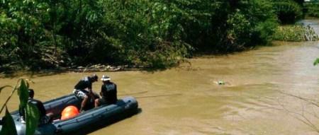 Miembros del GOE policial buscan en el Río Portoviejo a un automovilista y su vehículo. Manabí, Ecuador.