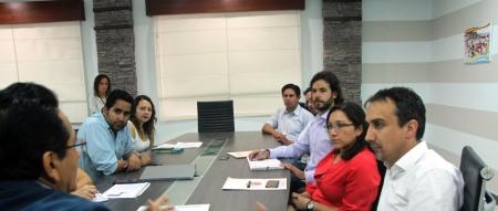 Alcalde de Manta recibe propuesta de plan financiero para viviendas populares y pequeños negocios locales. Manabí, Ecuador.