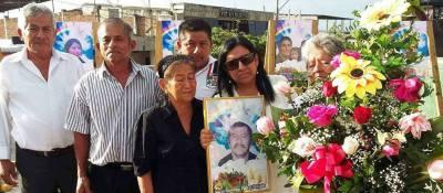 Familiares recuerdan a las víctimas del terremoto del 16 de abril 2016 con flores y retratos. Manabí, Ecuador.