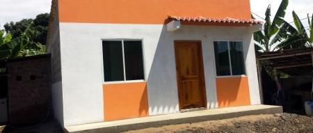 Fachada de casita provista por el MIDUVI para damnificados del terremoto en Flavio Alfaro. Manabí, Ecuador.