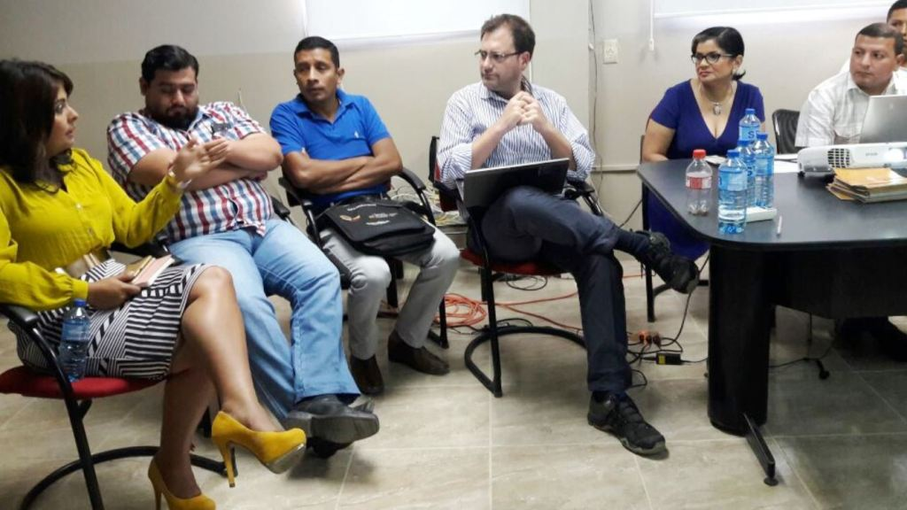 Andrés Delgado, consultor de la FAO, en una reunión para conocer el proyecto de huertos urbanos impulsado por el Patronato municipal de Manta. Manabí, Ecuador.